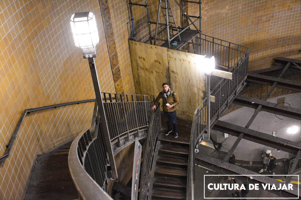 Bajando a Elbtunnel por las escaleras.