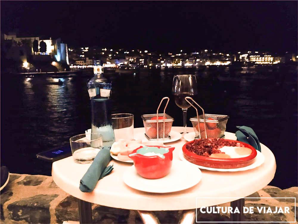 Cenando en el bar l'Estable, al filo del mar.