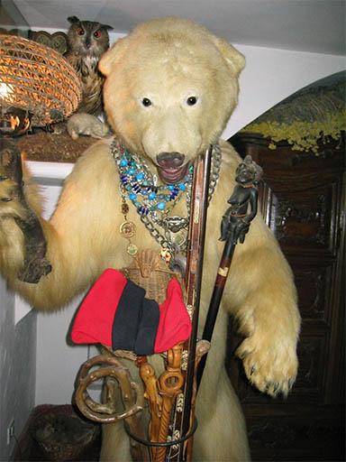 Un oso nos da la bienvenida a la Casa de Dalí
